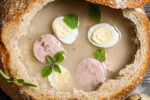 sopa azeda no pão com manjerona foto