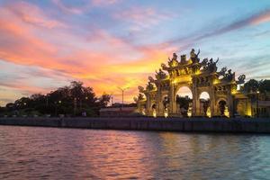 portão da frente de um templo chinês foto