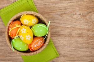 ovos de páscoa em fundo de madeira foto