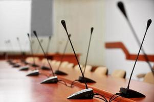 conferência de imprensa vazia romm com microfones foto