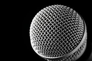 microfone prateado sobre um fundo preto. foto