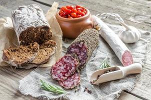 fatias de saucisson e salame espanhol de saco foto