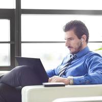 empresário no escritório trabalhando em seu laptop. foto