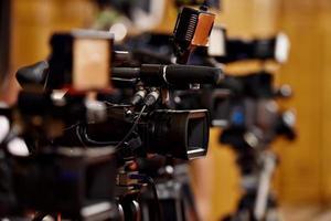 câmeras de vídeo em conferência de imprensa foto