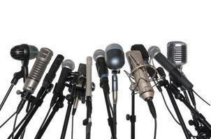 microfones sobre fundo branco foto