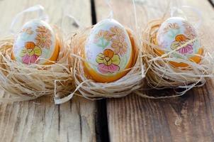ovos de páscoa pintados em uma mesa de madeira foto