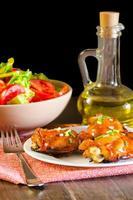 coxa de frango grelhado de soja e mel na mesa de madeira