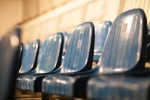 assentos de plástico azul foto