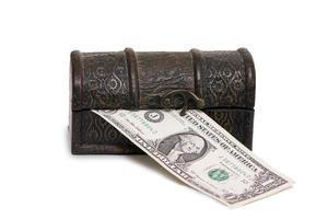 baú de madeira com dinheiro isolado em um fundo branco foto