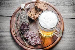fatias de salsicha francesa saucisson com copo de cerveja