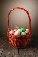 ovos de páscoa coloridos na cesta foto