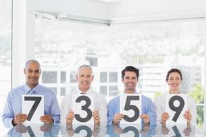 equipe de negócios sorridente, mostrando o papel com classificação foto