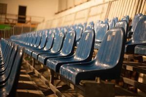 assentos de teatro azuis vazios foto