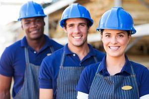 grupo de trabalhadores de armazém de material de construção foto