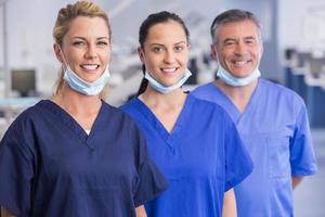 retrato de sorrir colegas de trabalho em pé em uma linha