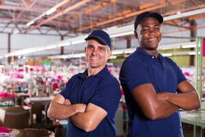 trabalhadores de fábrica têxtil com braços cruzados foto
