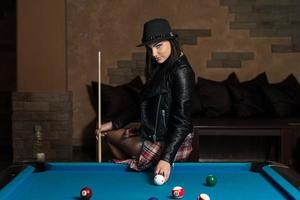 retrato de uma jovem mulher concentração na bola foto