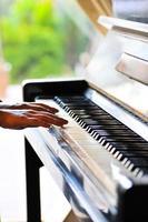 close-up de mãos tocando piano.