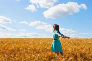 retrato de uma jovem mulher atraente em campo