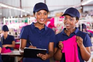 colegas de trabalho africanos jovens da fábrica têxtil foto