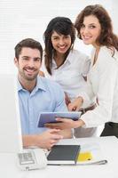 retrato de colegas de trabalho sorridentes, olhando para a câmera