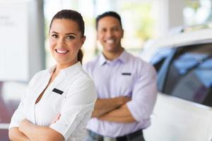 jovem vendedora com colega de trabalho em segundo plano foto