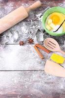 mesa de madeira coberta de farinha e bolo assando produtos