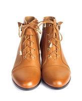 par de botas marrons femininas isolado no fundo branco foto
