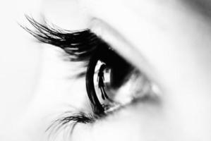 reflexo de uma criança dentro do olho foto