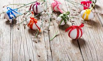 ovos de páscoa e ramo com flores