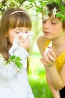 menina está soprando o nariz ao ar livre foto