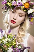 menina loira com flores