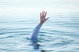 mão de homem se afogando