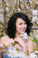 jovem menina bonita no jardim primavera florescendo foto