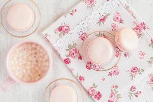 macaroons rosa em caixa de presente com uma xícara de café foto