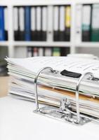 escritório com arquivos