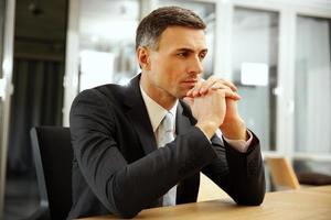 empresário sentado no escritório