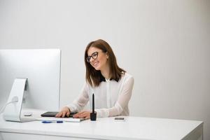 empresária trabalhando no escritório foto