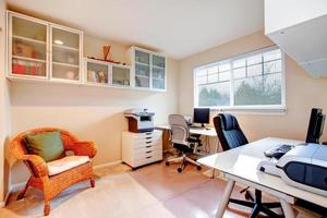 sala de escritório de cores neutras foto