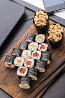 almoço rápido de sushi no escritório foto