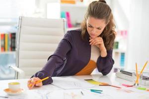 designer de moda pensativo, trabalhando no escritório foto
