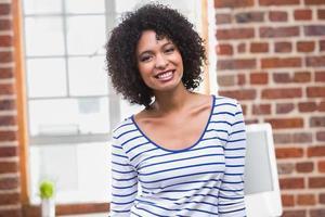 retrato de empresária sorridente no escritório foto