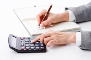 empresária trabalhando com calculadora no escritório foto