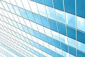 parede de vidro transparente do prédio de escritórios foto