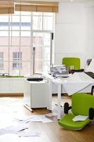 close-up vista do escritório saqueado foto