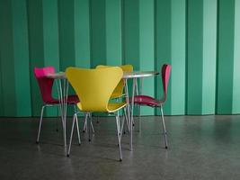 mesa e cadeiras modernas de design de interiores foto