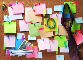 imagem de notas auto-adesivas coloridas no quadro de avisos de cortiça foto