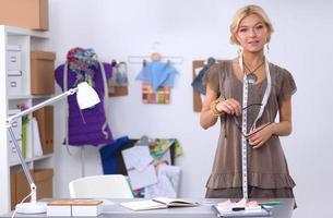 designer de roupas no trabalho em seu escritório foto