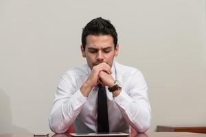jovem empresário tendo estresse no escritório foto