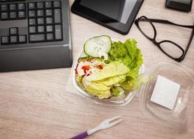 hora do almoço no escritório foto